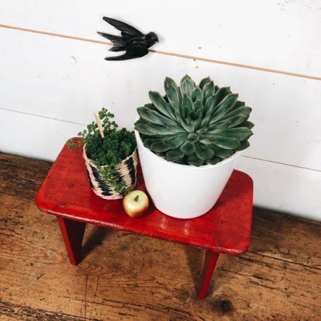 petit banc rouge en bois